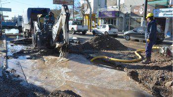 cinco barrios con problemas de agua por un cano roto