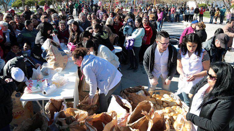 El panazo de Centenario tuvo una gran convocatoria: entregaron mil kilos de pan