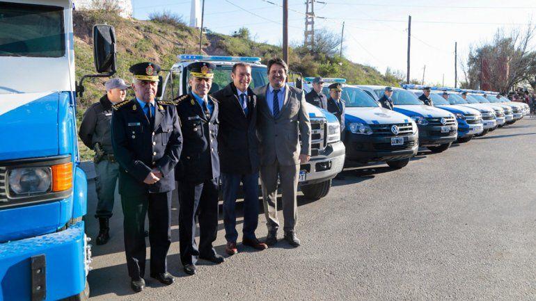 Gutiérrez entregó nuevas camionetas y un minubús para la Policía