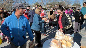 En la plaza Los Pioneros, los mil kilos de pan se esfumaron en un hora.