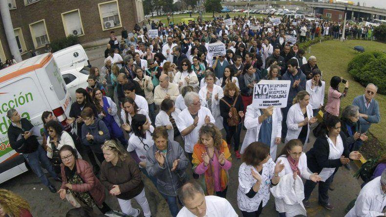 Contra los despidos, el personal del Hospital Posadas realizío un abrazo simbólico