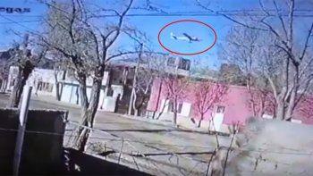 chos malal: avion militar volo cerca del techo de algunas casas