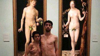 detienen a una pareja que se desnudo en un museo