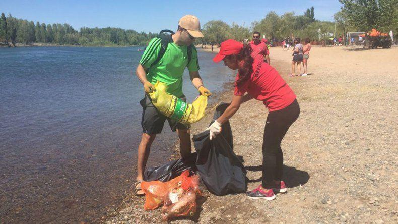 Quieren dejar las costas del Limay libres de residuos