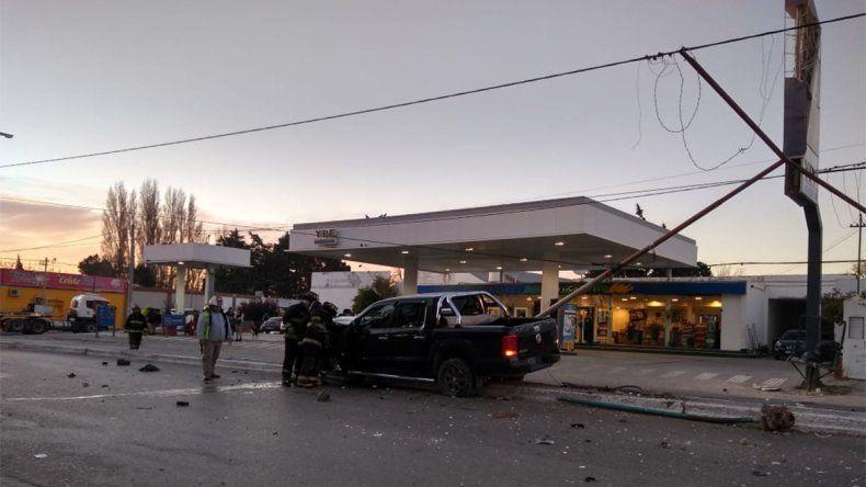Una camioneta chocó y arrancó tres postes de alumbrado frente a una estación de servicio