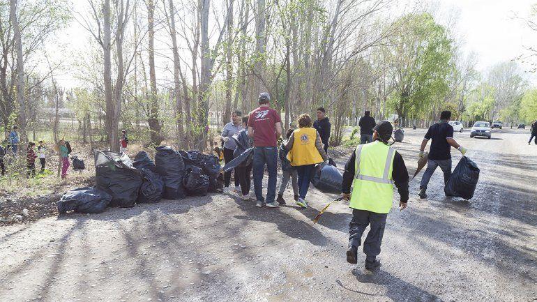 Unos 130 vecinos retiraron basura de la costa del río Limay