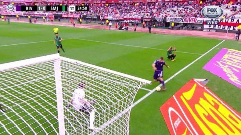 Polémica monumental: se fue la pelota antes del gol de Mora