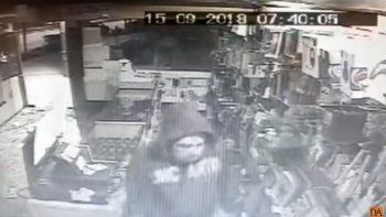 escrachado: un patachorro quedo grabado robando en un local