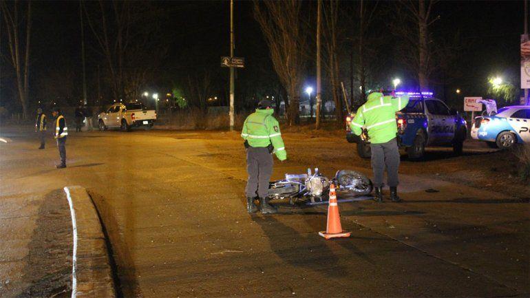Centenario: un motociclista se despistó, chocó contra el guardarraíl y sufrió un traumatismo de cráneo