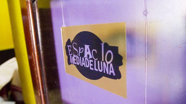Después del incendio, los teatristas trabajan para reacondicionar Media de Luna