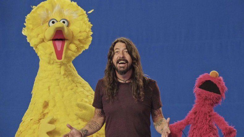 Dave Grohl se prepara para cantar en Plaza Sésamo
