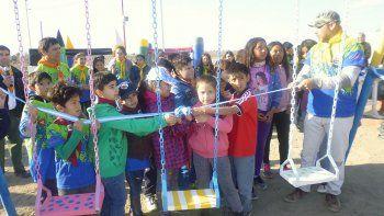 Los niños, padres y jóvenes disfrutaron los nuevos juegos placeros.