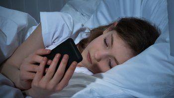 el sueno de los chicos se altera por celulares y las redes sociales