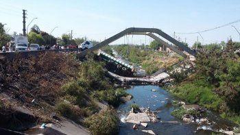 se desplomo un puente y un camion quedo atrapado