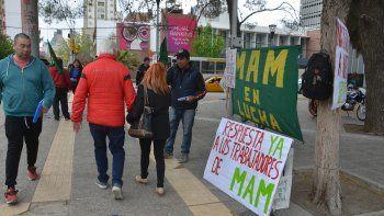 los ex trabajadores de mam llevaron su reclamo al monumento
