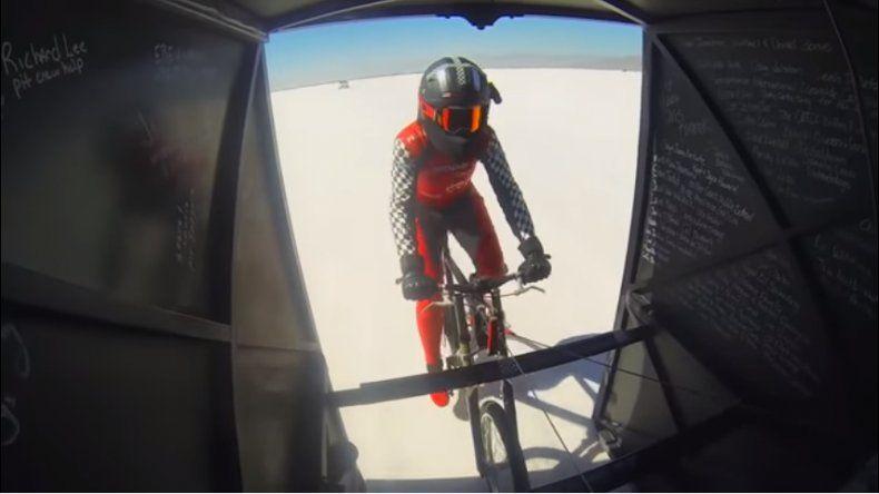 Una ciclista rompió el récord de velocidad: pedaleó a 295 km/h