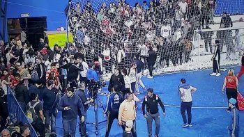 barrabravas ingresaron a las pinas en un estadio de futsal