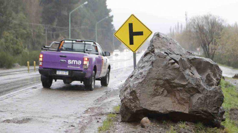 Se desprendieron dos rocas en San Martín: una cruzó toda la Ruta 40 y de milagro no hubo heridos