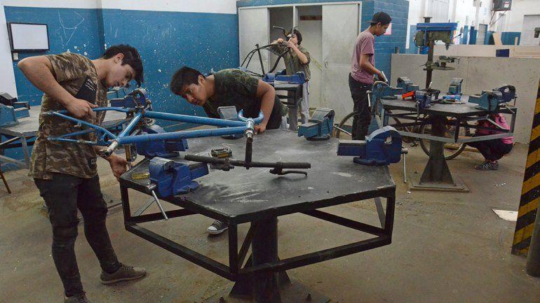Alumnos de la EPET 8 reciclan bicis abandonadas