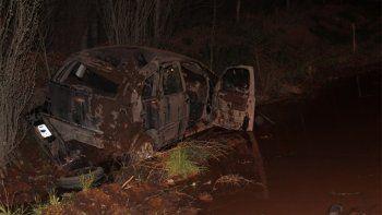centenario: por el mal estado de un tramo de la ruta 7, un auto volco y quedo destruido