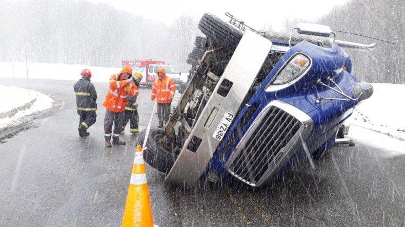 El mal tiempo complicó: volcaron un camión militar y otro que transportaba madera