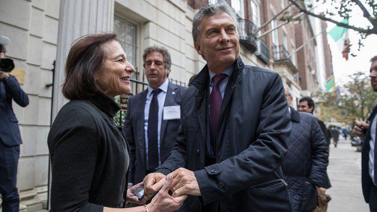 Macri recibió el afecto de algunos argentinos a la salida del hotel.