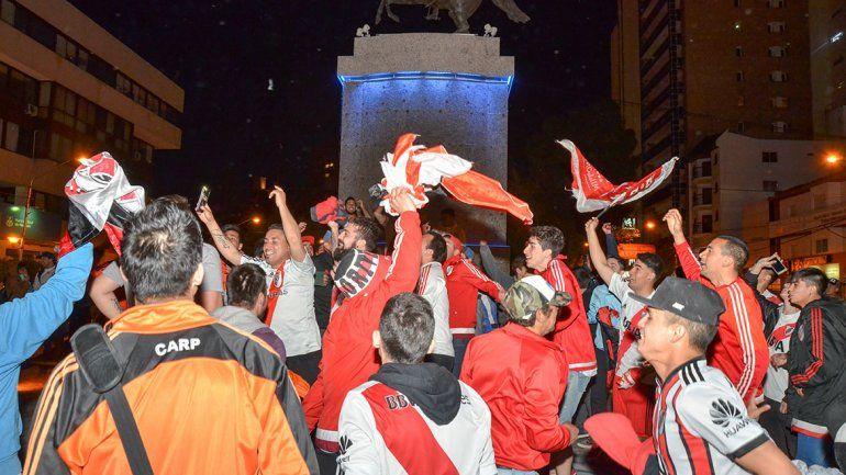 Los hinchas de River coparon el Monumento con los festejos