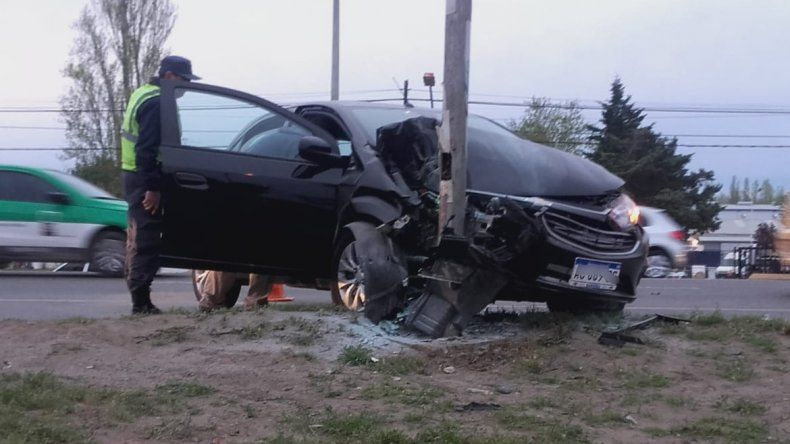 Alcoholizada, perdió el control y se estrelló contra un poste de luz en la Ruta 22