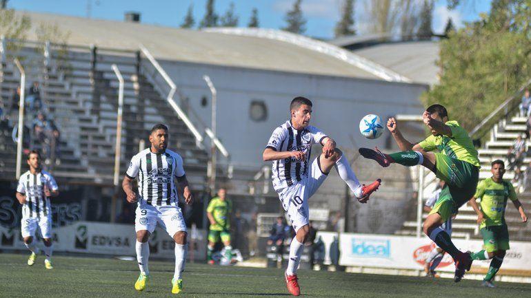 Romero jugó con la 10 ante Ferro de La Pampa y marcó el primer gol.
