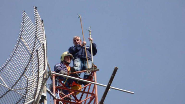El hombre tiene 55 años. Estuvo seis horas trepado a la antena.