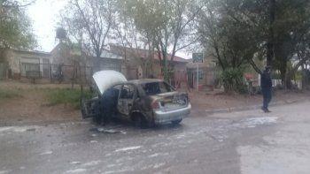 Incendiaron un auto de la Policía en medio de allanamientos