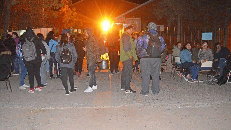 Los estudiantes del CPEM 89 durante la protesta frente al edificio.