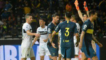 Todo Gimnasia festeja el gol de Hurtado sobre la hora, el responsable de que la Copa Argentina 2018 no tenga Superclásico. Los de Boca lo sufren.