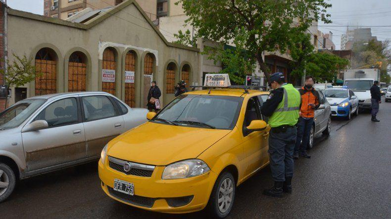 Por un espejo, un conductor y un taxistas se fueron a las manos