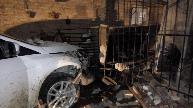Violento despertar en Colonia Nueva Esperanza: se les metió un auto adentro de la casa