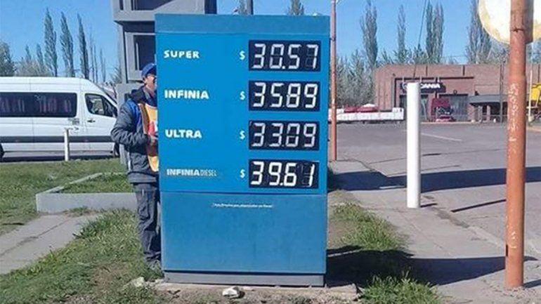 Golpe al bolsillo: la nafta súper rompió la barrera de los 30 pesos