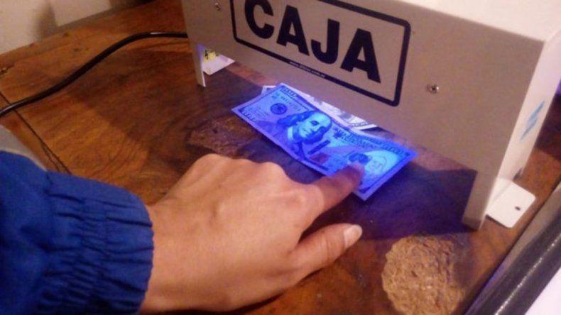 Por vender dólares truchos, los acusan de falsificar dinero