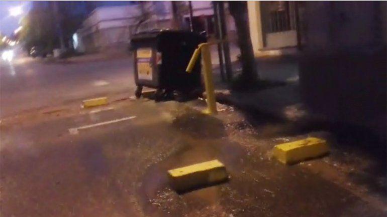 Otro caño roto: ahora inunda una zona del centro