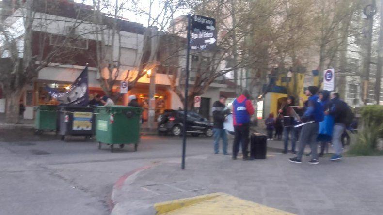 Trabajadores despedidos de CBS cortan la calle Belgrano