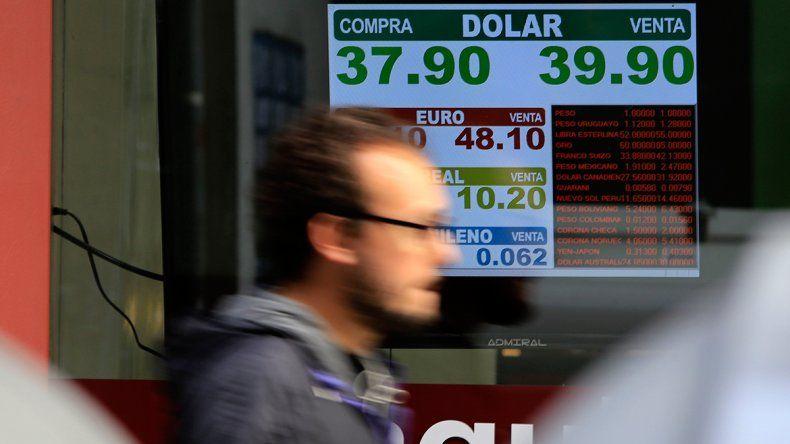 El dólar mayorista bajó 4%