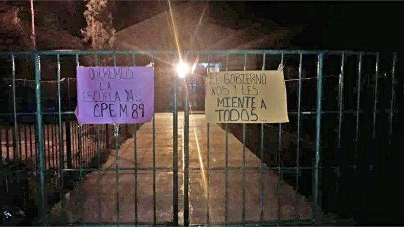 Alumnos del CPEM 89 reclamaron en la puerta de la escuela.