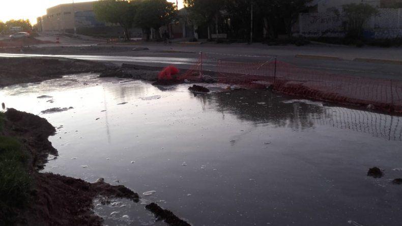 Por otro caño roto, durante horas dos barrios del oeste sin agua