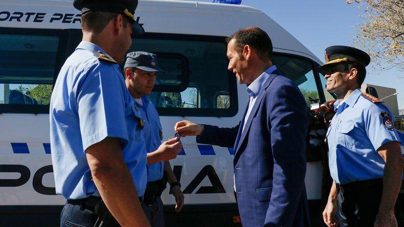 El gobernador Omar Gutiérrez hizo el anuncio ayer en un acto de entrega de vehículos policiales.