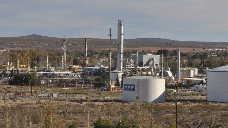 Los desocupados del petróleo cortan refinería de Huincul