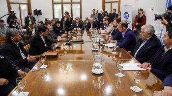 El gobernador Omar Gutiérrez, ayer, en el acto homenaje a ex ypefianos.