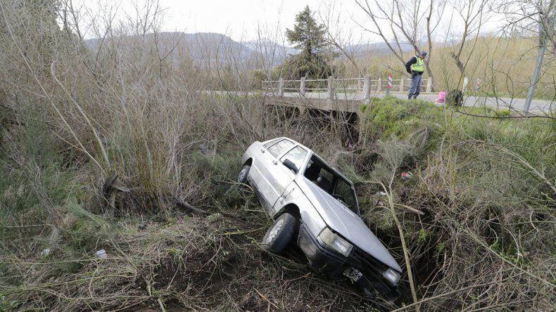 Se despistó y cayó con el auto a un canal