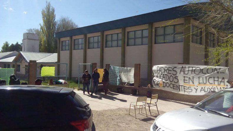 Familias tomaron la escuela de Buta Ranquil por falta de maestros y auxiliares de servicio