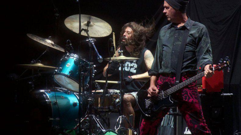 Grohl se sentó en la batería y Krist Novoselic se calzó el bajo.