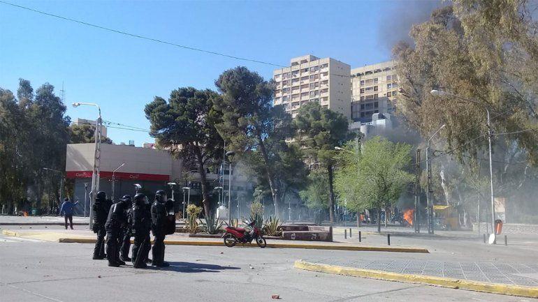 Caos por la reforma jubilatoria en Neuquén: incidentes, heridos y destrozos en la Muni y el Concejo