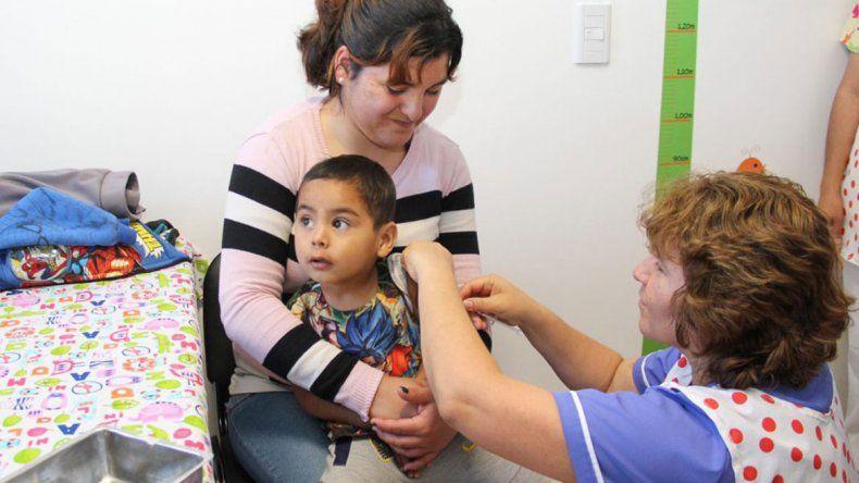 En tres barrios vacunarán todos los sábados de noviembre contra el sarampión y la rubéola